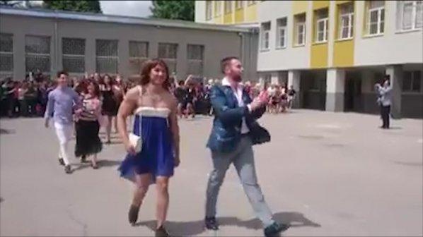 Момчетата от Випуск 2018 от СМГ взривиха мрежата, появиха се с рокли и перуки
