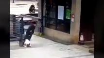 Стряскащи кадри от Китай - заразени хора падат в безсъзнание по улиците