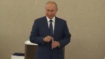 Владимир Путин гласува без маска