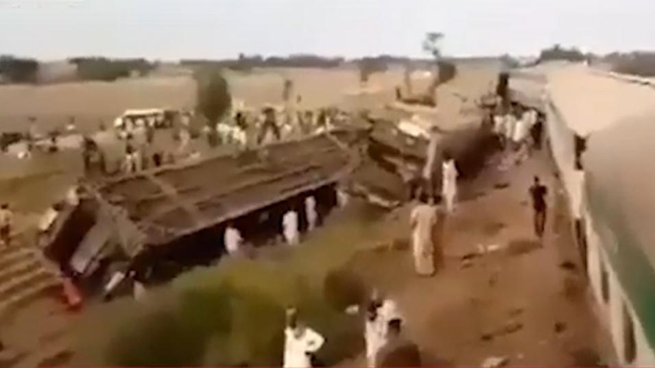 Катастрофа на два влака в Южен Пакистан отне живота на 25 души