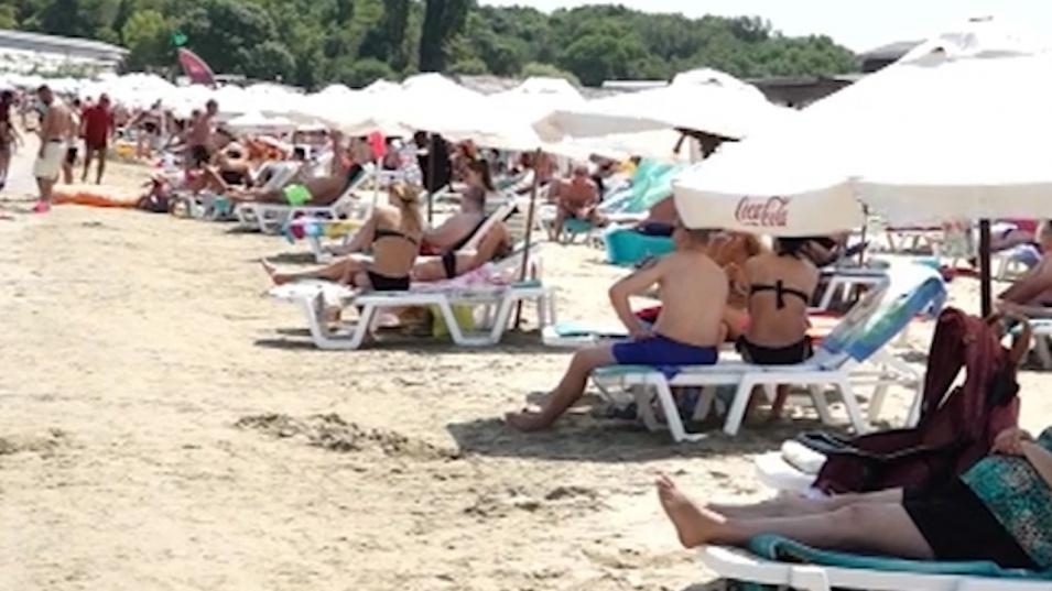 Родното Черноморие се къса по шевовете от летовници, чадърите и шезлонгите не достигат