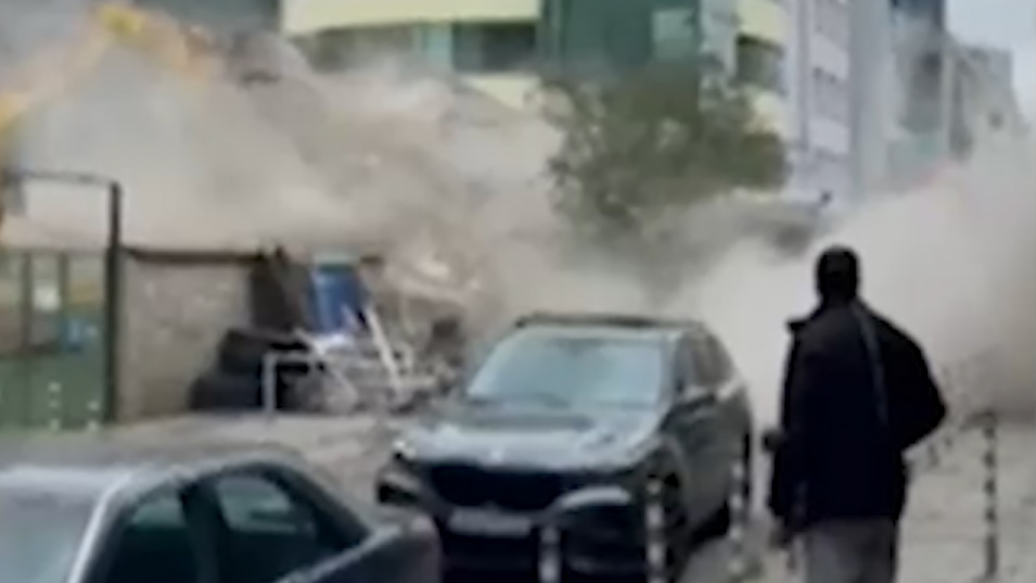 Разрушиха сграда на метри от случайни минувачи
