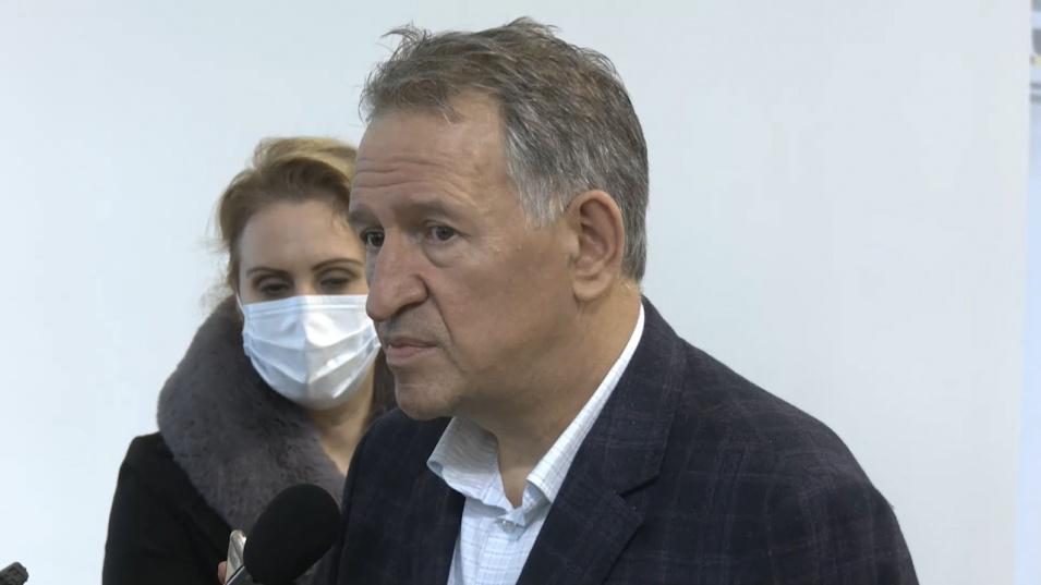 Кацаров връчи ключовете на 18 нови линейки. Решават дали ще има нови мерки другата седмица