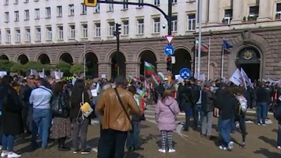 Работодатели и синдикати излязоха на протест срещу високите цени на тока
